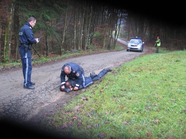 Der Täter sitzt auf dem Opfer, der bisher nicht belangte Polizistenkollege - sein Vorgesetzter - steht daneben.
